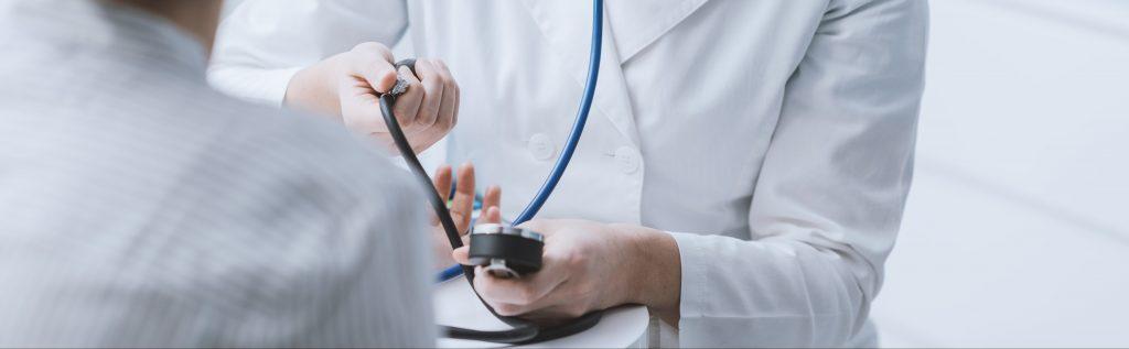 Observación del enfermo: constantes vitales, balance de líquidos y confección detallada de gráficas de seguimiento